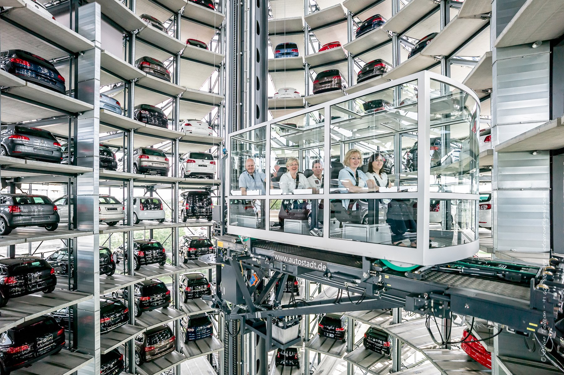 Wolfsburg, 29 juin 2012. Usine Volkswagen et Autostadt. // Tours de livraison de voitures automatisees