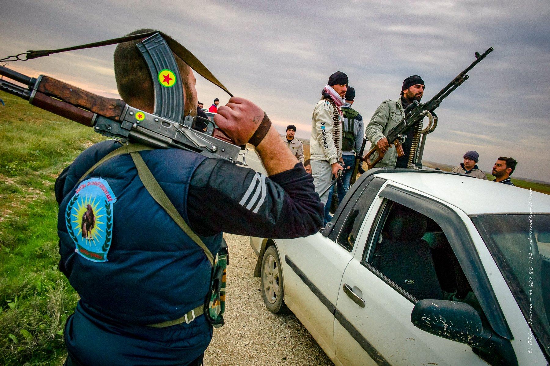 © Olivier Touron / Syrie, Kurdistan, fin novembre 2012. Alors que le pays est en proie à une guerre civile, le Kurdistan au Nord-Est vit une transition relativement calme. Le principal mouvement kurde PYD remplace progressivement le régime pour les affaires courantes et la sécurité. Encadré par des militants aguerris, la population se met à espérer d'une indépendance.