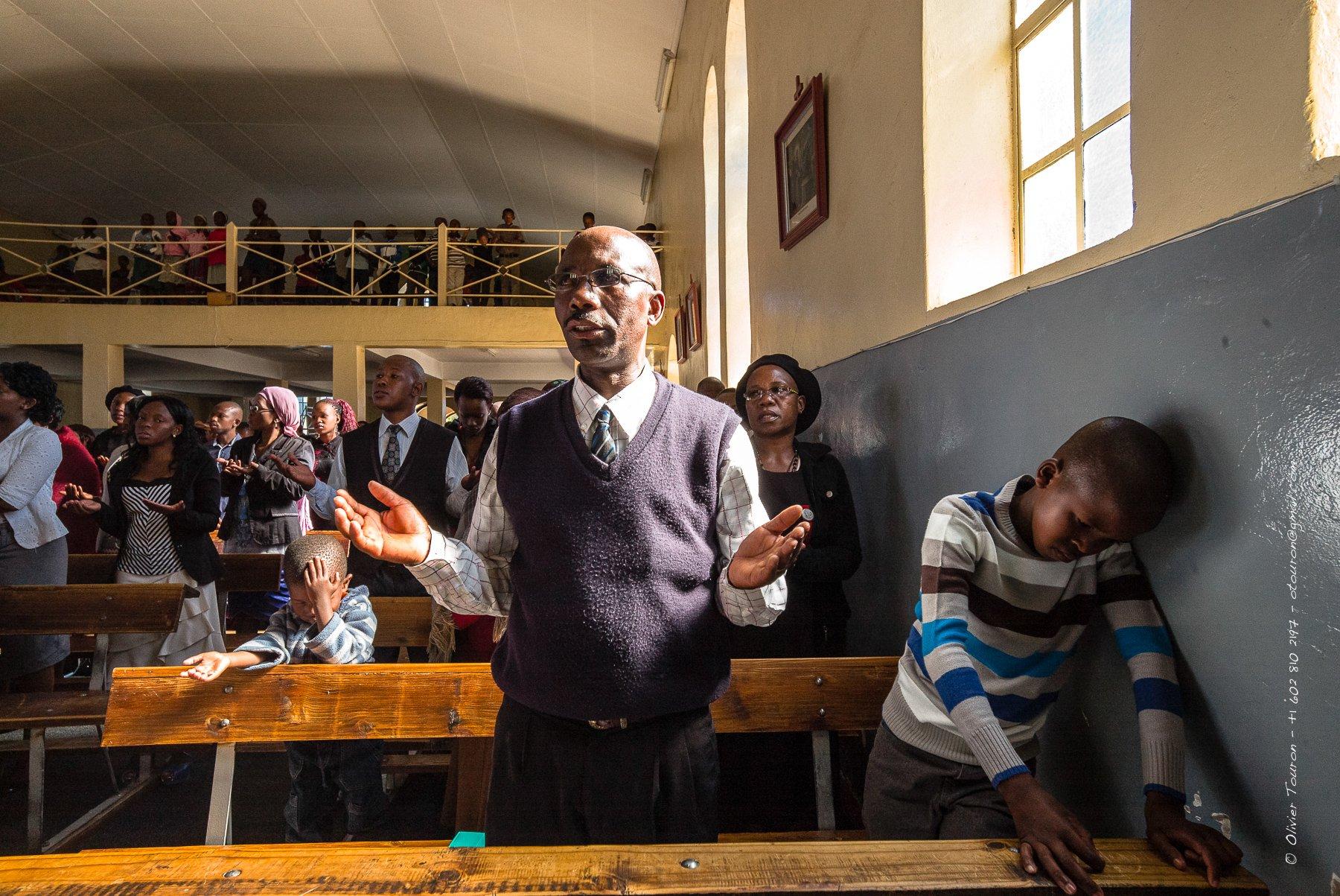 07 avril 2013. Lesotho. boucle sud. Mafeteng. Messe catholique dite par le père Innocent à l'église Saint-Gérard de 1938. // © Olivier Touron / Divergence