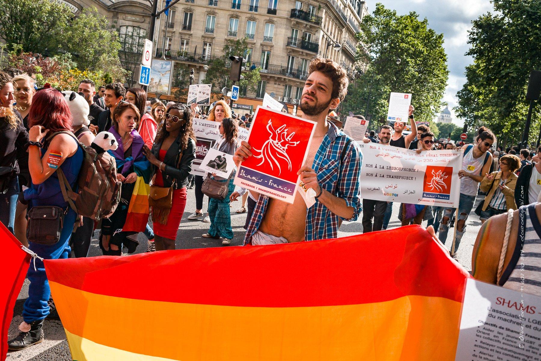 02 juillet 2016. Paris. Les associations MALI et SHAMS-France défilent pour la marche des fiertés entre le Louvre et la place de la Bastille. Elles luttent pour la fin de la pénalisation de l'homosexualité au Maghreb et au Machrek. Hedi vice-président de Shams-Tunisie est demandeur d'asile après avoir fuit son pays suite  à des menaces de mort. // © Olivier Touron / Divergence
