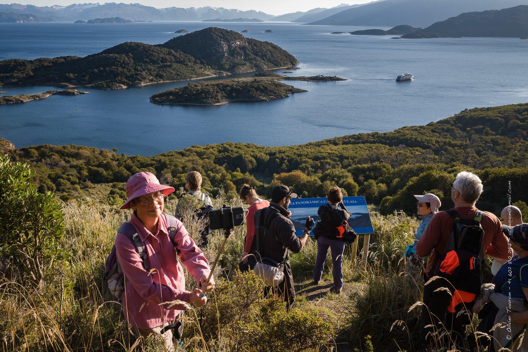 28 mars 2017. Chili.  Baie de Wulaia, haut lieu de vie des indiens Yamana décrit par Darwin et dessinée par le capitaine Fitzroy lors de leur voyage sur le HMS Beagle.                          Printemps 2017, du 23 mars au 1er avril. Croisière en Patagonie sur les traces de Magellan dans les fjords qui dessinnent le tracé de la Terre de Feu, entre Chili et Argentine, entre Punta Arenas et Ushuia, en passant par le Cap Horn, à la rencontre de ceux qui vivent de cet extreme monde, aux confins des mers. // © Olivier Touron / Divergence