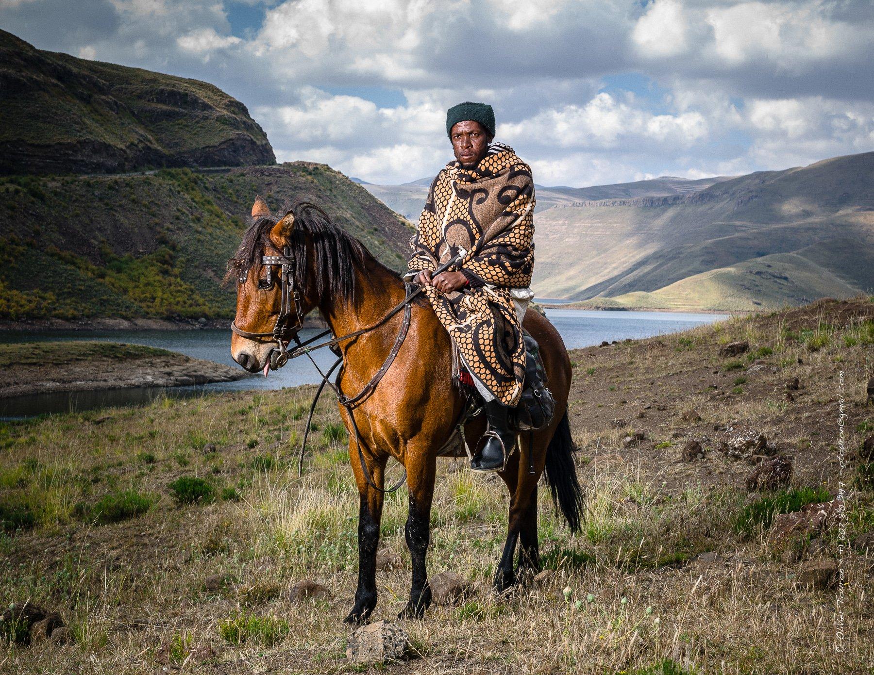 11 avril 2013. Lesotho. Barrage et lac de Katse. Route Maloti. Cavalier. Portrait avec le kobo, couverture traditionnelle. // © Olivier Touron / Divergence.