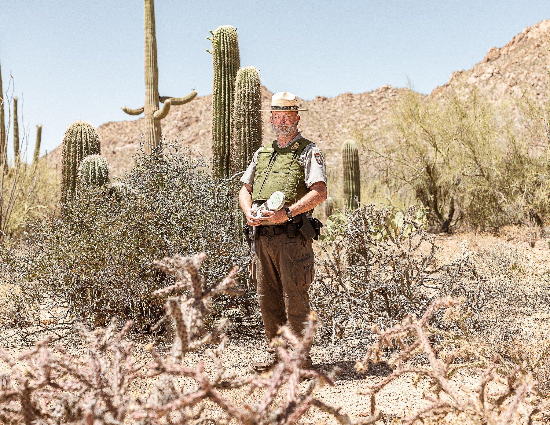 20 juin 2019. Tucson, Arizona. Saguaro National Park. Ray O' Neil, ranger, présente le système de traçage par puce électronique des cactus. // © Olivier Touron / Divergence