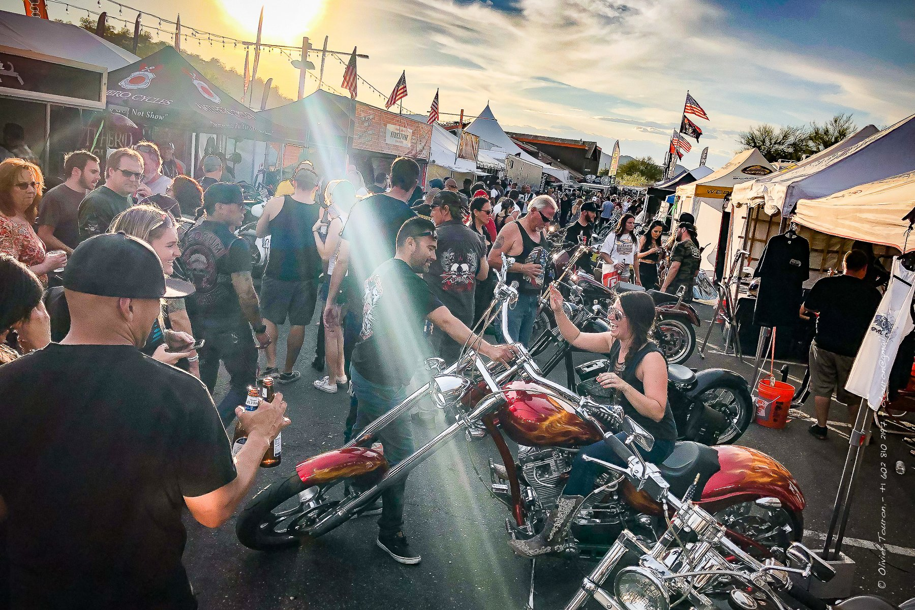 07 avril 2019. USA, Arizona. Cave Creek. Lieu incontournable de l'Arizon Bike week au nord de Phoenix. Ambiance western assurée.  Sur le parking du Road House Saloon un mini salon custom et concours de chopers et autre club style. // © Olivier Touron / Divergence